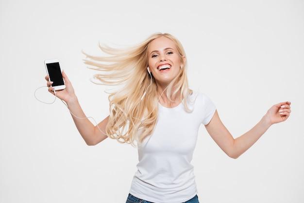 長いブロンドの髪を持つ幸せな陽気な女性の肖像画