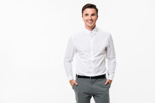立っている白いシャツで陽気な男の肖像