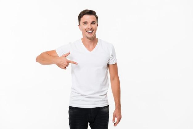 Портрет привлекательного радостного человека, стоящего