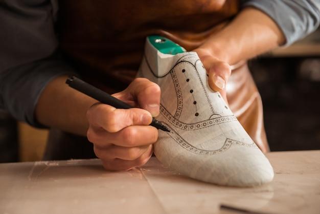 男性の靴屋図面デザインのクローズアップ