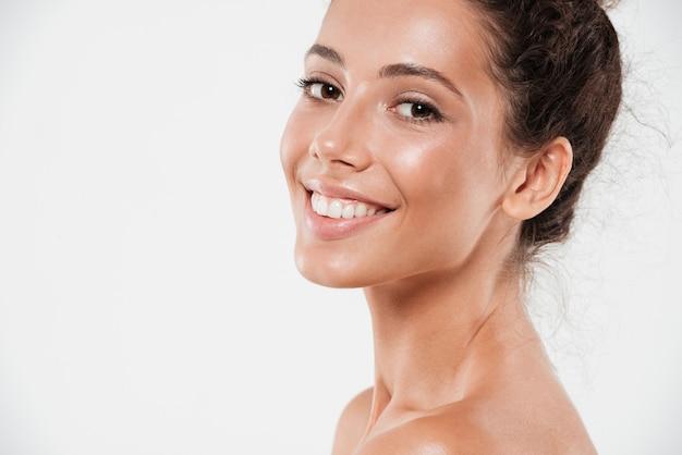 Обрезанный крупным планом портрет улыбающейся красивой женщины