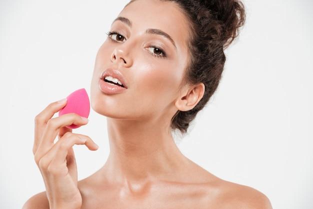 Портрет красотки милой женщины с мягкой здоровой кожей