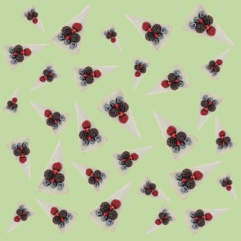 Узор из голубых чизкейков с ягодами