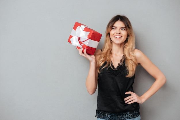 プレゼントボックスを押しながら離れて見て笑顔の素敵な女性
