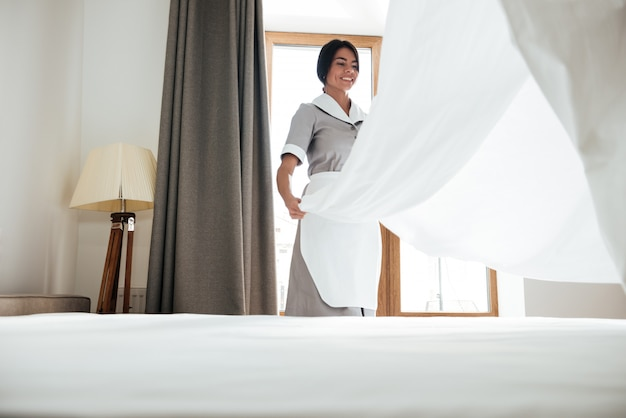 ホテルのメイドのベッドシーツ