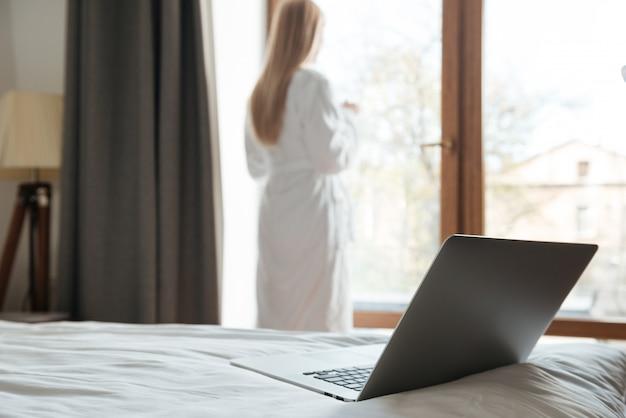 ベッドでノートパソコンを開く