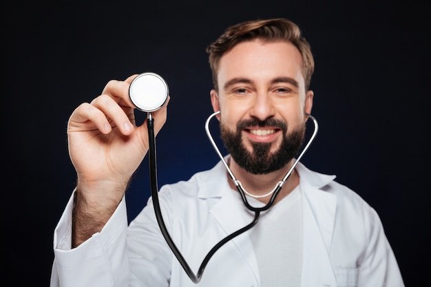 幸せな男性医師の肖像画を閉じる