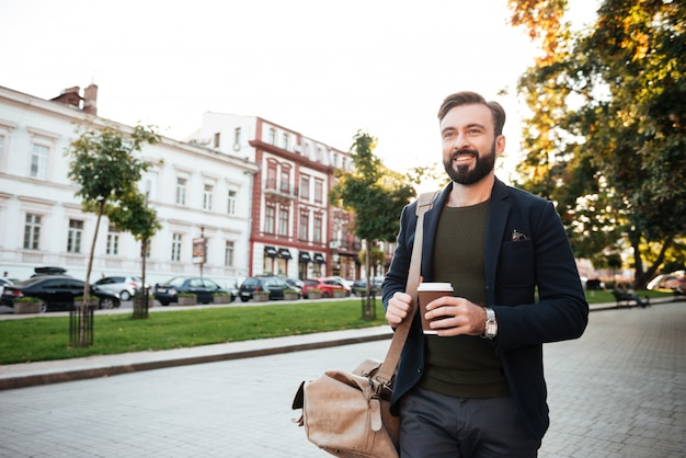 コーヒーを飲みながら幸せなひげを生やした男の肖像