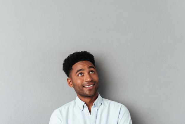 コピースペースを見上げて笑顔のアフリカ人