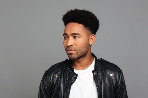 革のジャケットの若いアフロアメリカンの男の肖像