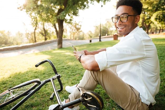 自転車でハンサムな若いアフリカ人早朝