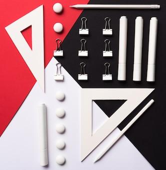 白赤と黒のテーブルに事務用品