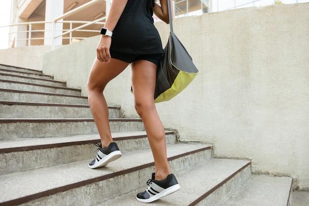 スポーツウェアキャリングバッグに身を包んだ女性のクローズアップ