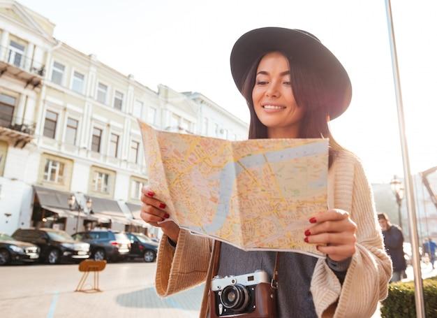 幸せな女性観光客の肖像画