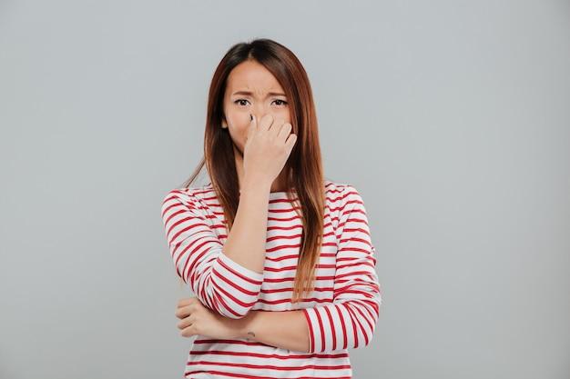 Портрет расстроен разочарован азиатская женщина плачет