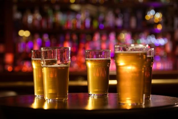 冷たい新鮮な白い軽めのビールのグラス