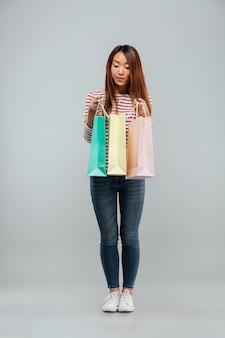 かなりアジアの女性のセーターの完全な長さの画像