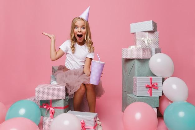 Портрет веселая маленькая девочка в шляпе на день рождения