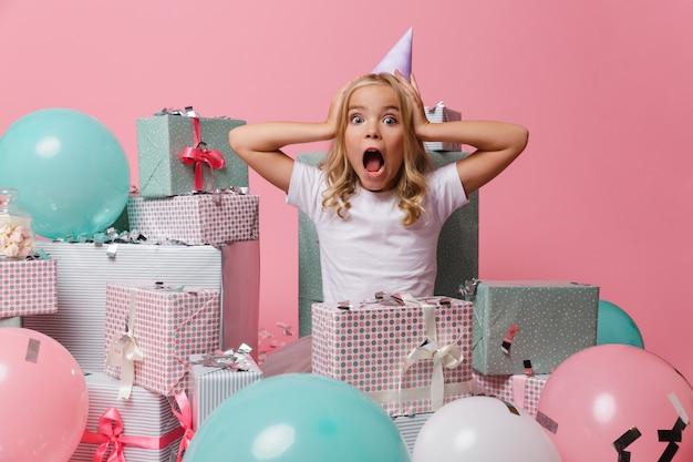 Портрет хорошенькая девочка в шляпе на день рождения