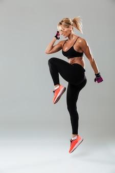 ゴージャスな若いスポーツ女性がスポーツの練習をする