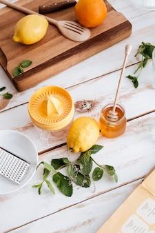 Цитрусы на столе возле меда