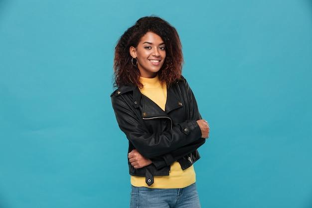 孤立した立っている陽気な美しい若いアフリカ人女性