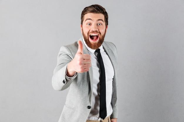 Портрет радостного бизнесмена, одетого в костюм