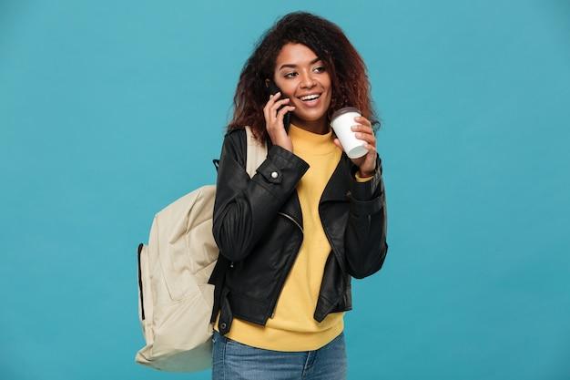 電話で話している幸せなアフリカの女性。