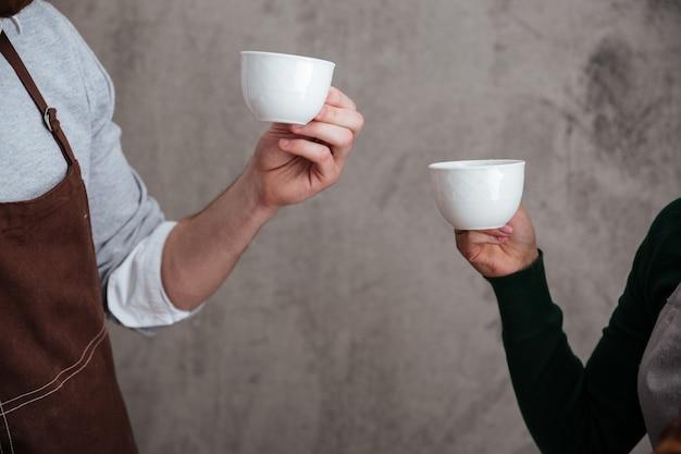 Любящая пара пекарей пьет кофе
