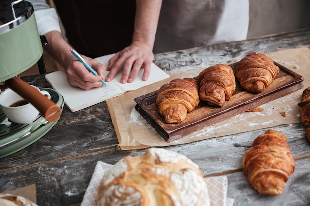 Обрезанное изображение человека пекаря написание заметок