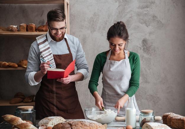 幸せなカップルのパンを焼く