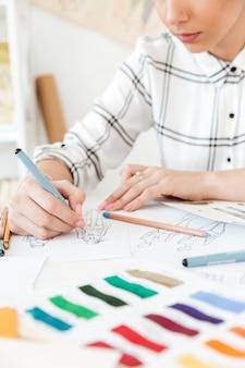 Подрезанное изображение чертежа иллюстратора моды молодой женщины.