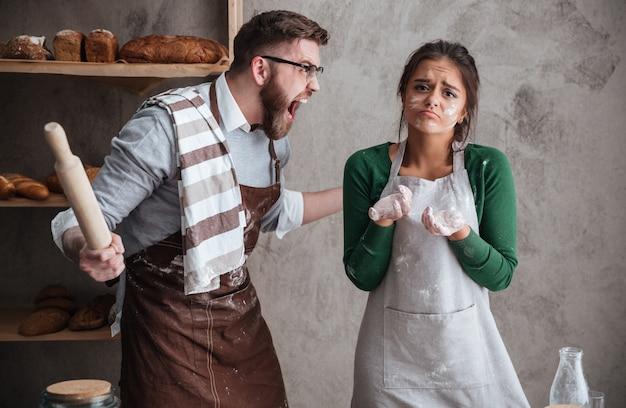 Злой человек кричит на свою жену