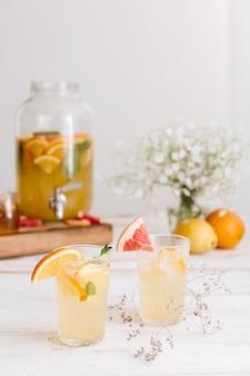 Обрезанное изображение цитрусового напитка