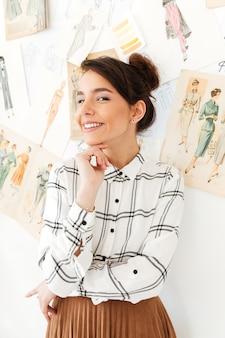 Молодой счастливый иллюстратор моды женщины