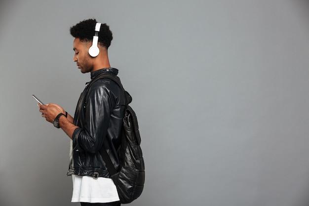 ヘッドフォンで若いアフロアメリカンの男の肖像
