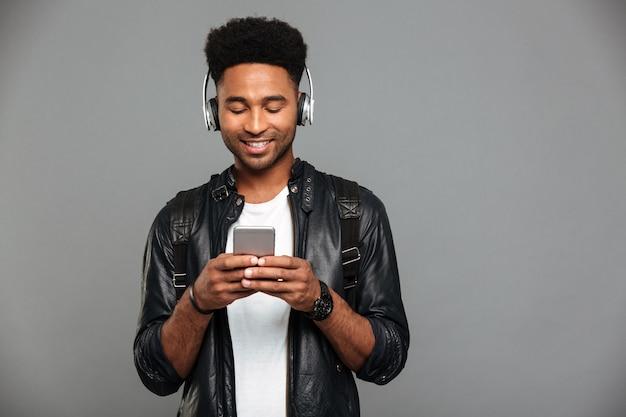 笑みを浮かべて若いアフロアメリカンの男の肖像