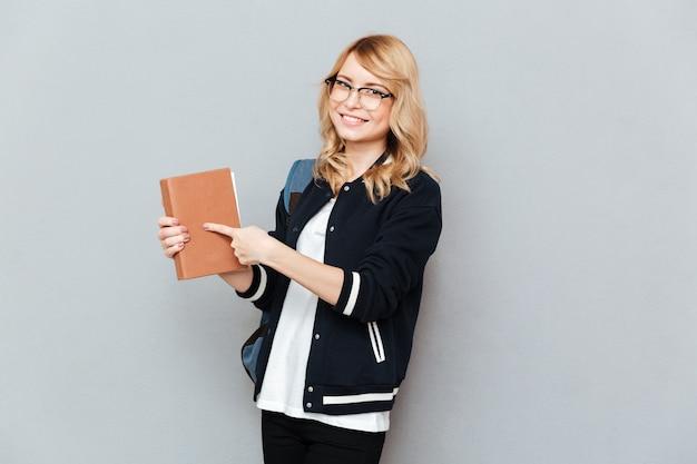 Женщина показывая на книге