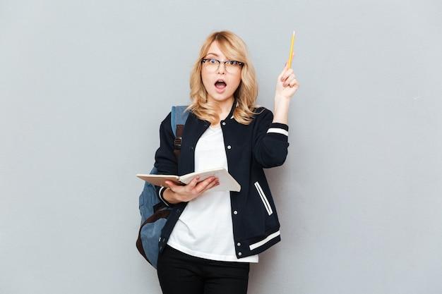 上げられた鉛筆を持つ女性