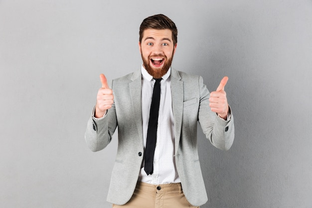 スーツに身を包んだうれしそうなビジネスマンの肖像画