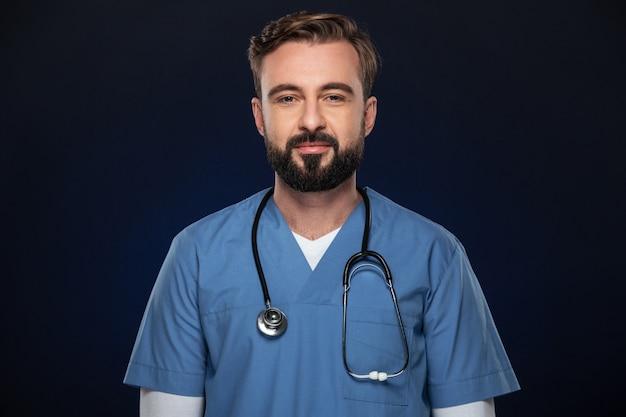 自信を持って男性医師の肖像画