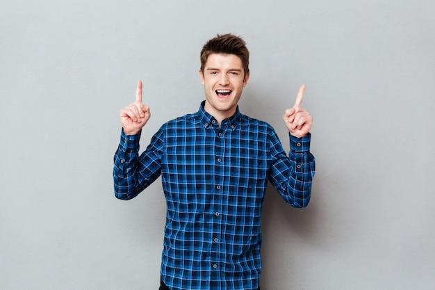 若い男が彼の指を上げる