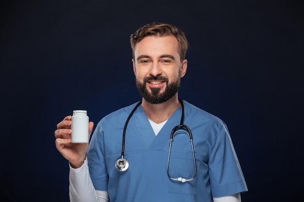 Портрет уверенно мужской доктор, одетый в форму