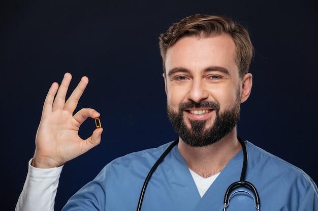 Портрет улыбающегося мужского доктора
