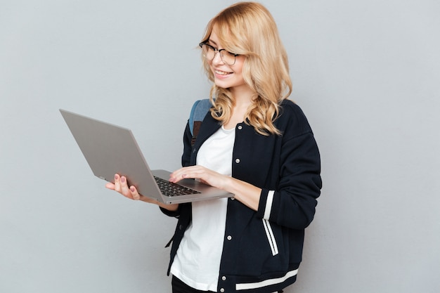 Студент, используя ноутбук
