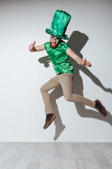 聖パトリックの衣装を着た男の垂直方向の画像