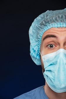 驚いた男性外科医の半分の肖像画を閉じる
