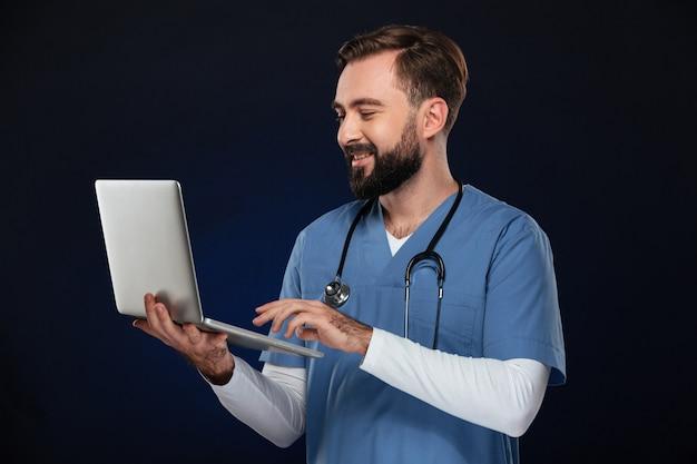 Портрет веселого мужского доктора