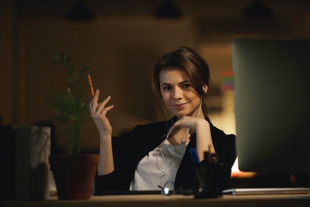Женщина с карандашом позирует