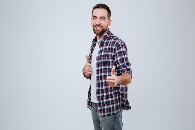 Бородатый мужчина в рубашке показывает палец вверх на вас